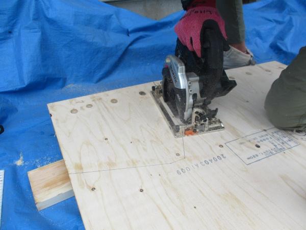 耐水合板の加工中です