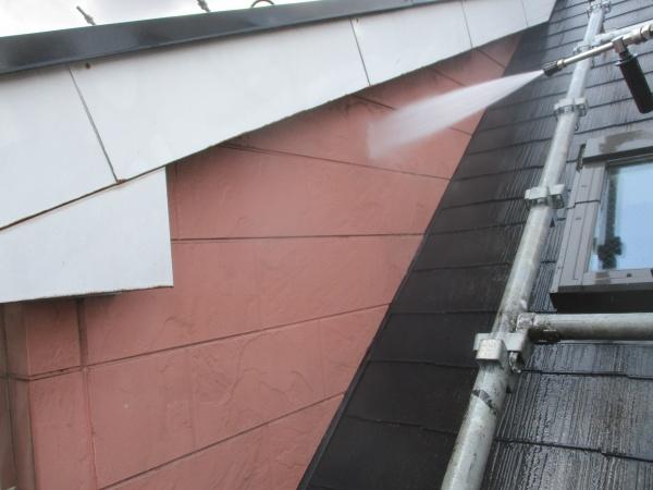 窯業系外壁の洗浄中です