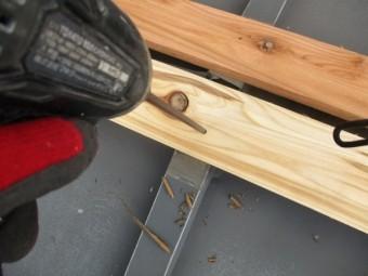 新規の貫き板の取り付け中です