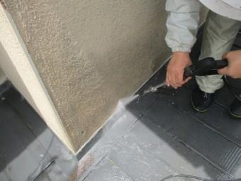 屋根と外壁の取り合いを洗浄中です