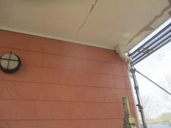 洗浄後の軒天と外壁の状態です