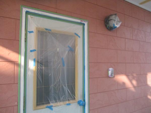 玄関ドアの養生をしました