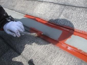 屋根の水切りをさび止め刷毛塗装中です