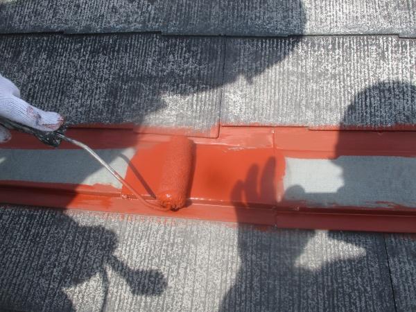 屋根水切りをローラー塗装中です