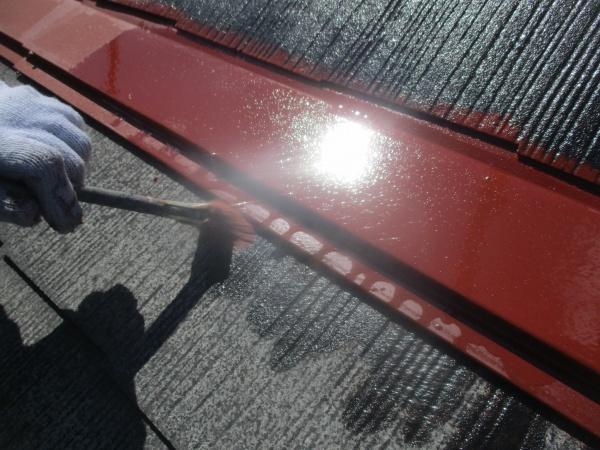 コロニアル屋根の刷毛下塗り中です
