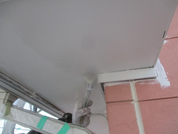 軒天下塗り刷毛塗装中です