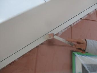軒天上塗り刷毛塗装中です