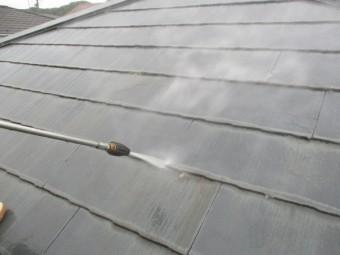 屋根材の重ねを洗浄中です