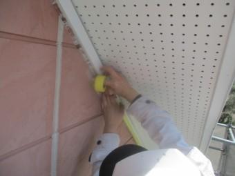 外壁塗装用の軒天養生中です