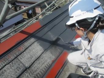 コロニアル屋根の中塗りローラー塗装中です