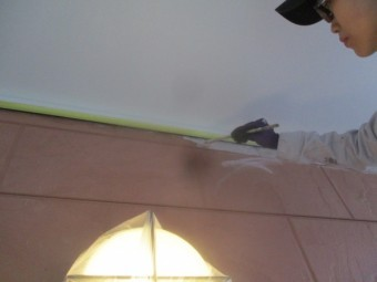 外壁下塗り刷毛塗装中です
