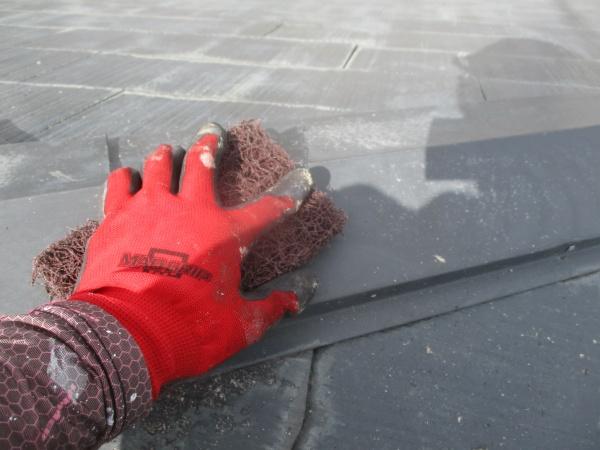 宇都宮市で屋根強化プライマーを塗装して屋根の下塗りをしました