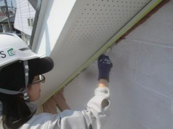 外壁下塗りのローラー後刷毛塗装中です
