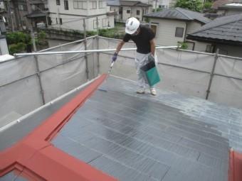 屋根材の下塗り中です