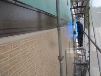 外壁の汚れを洗い流し中です