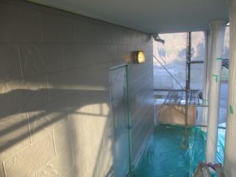 玄関周りの中塗りが終了しました