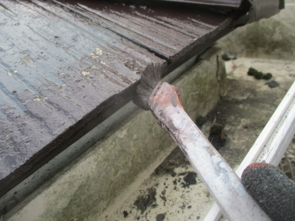 コロニアル屋根材の軒先中塗り刷毛塗装中です