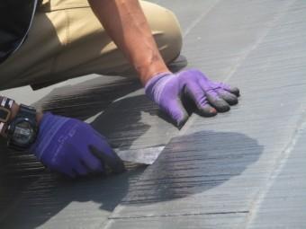 スレート屋根材の重ねに隙間をつくります