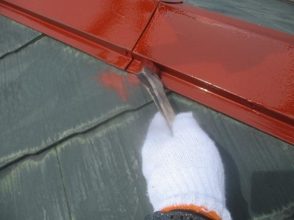 屋根の棟板金の錆止め刷毛塗装中です