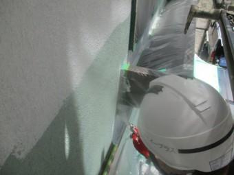出窓の下場を刷毛で塗装中です