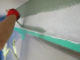外壁の刷毛塗装中です