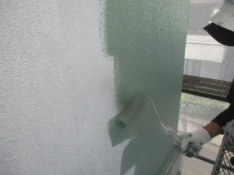 外壁塗装の中塗りローラー塗装中です