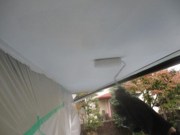 軒天1回目ローラー塗装中です