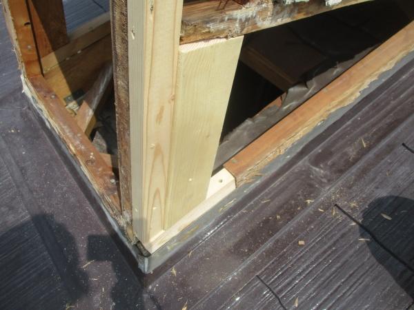 木材を加工して柱を修復しました