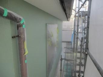 外壁上塗りの軒天との取り合いを刷毛塗装しました