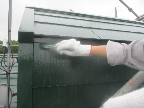 軒先水切りの上塗り刷毛塗装中です