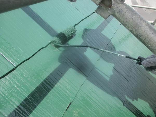 コロニアル屋根の上塗り塗装中です