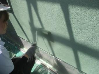 外壁の上塗りローラー塗装中です