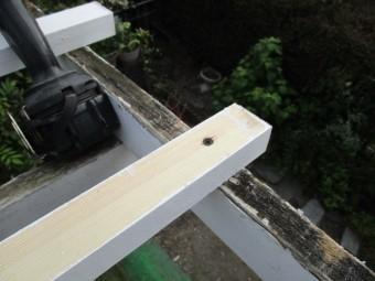 2階のテラスの桟木を取り付けました