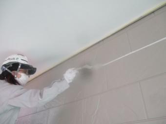 玄関外壁上塗り刷毛塗装中です