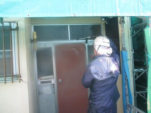 玄関周りの洗浄中です
