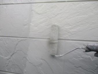 玄関外壁上塗りローラー塗装中です