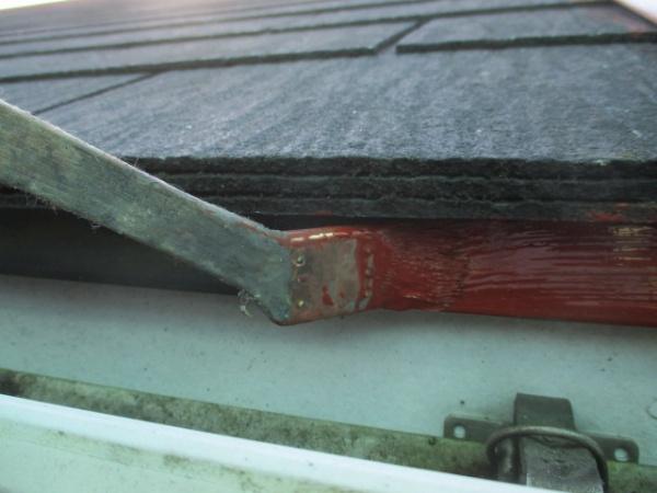 軒先水切りの錆止め塗装中です