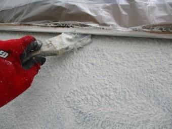窓枠下塗り刷毛塗装中です