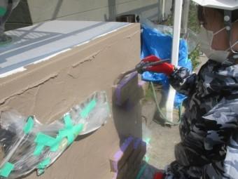 門扉の中塗り刷毛塗装中です