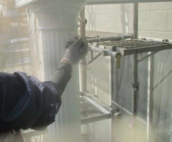 玄関柱の中塗り塗装中です
