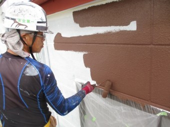 外壁のローラー塗装中です