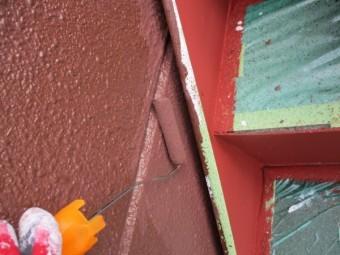 階段と外壁の隙間を塗装中です