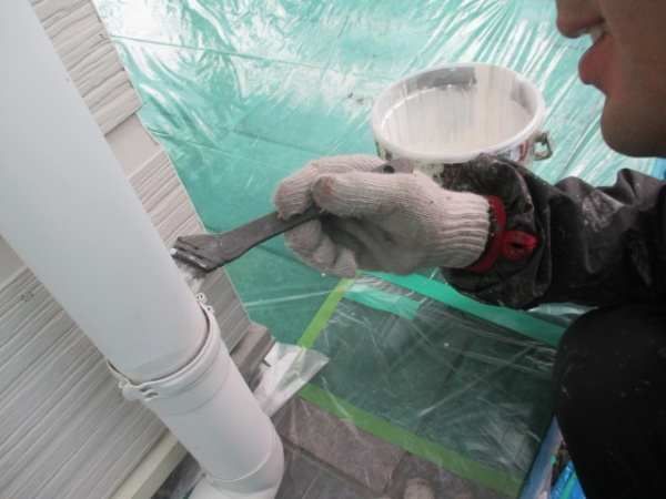 雨樋金具の錆止め塗装中です