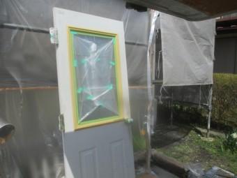 玄関ドアを外して下塗りをしました