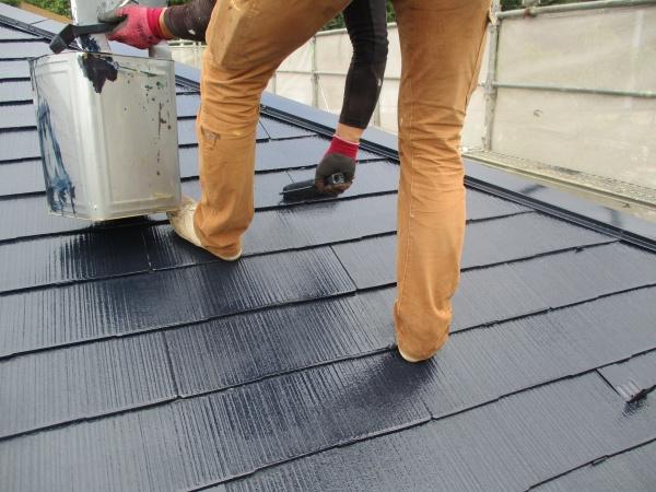 スレート屋根の上塗り中です