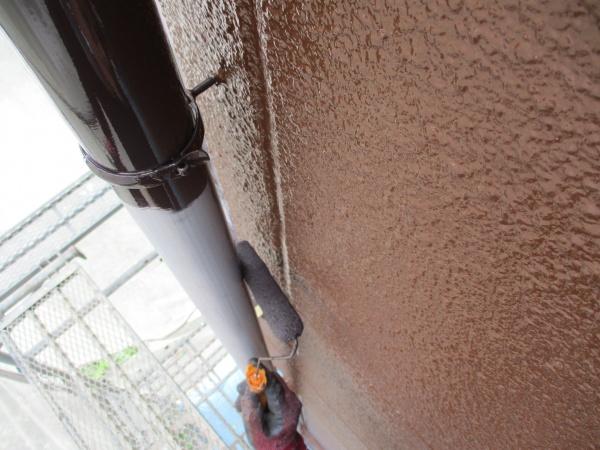 竪樋の中塗りローラー塗装中です