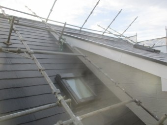 東面のコロニアル屋根の完工です