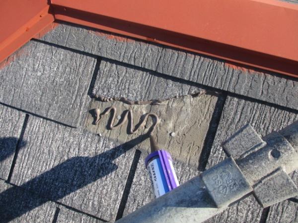 スレート屋根材の補修中です