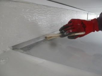 玄関屋根の錆止め刷毛塗装中です