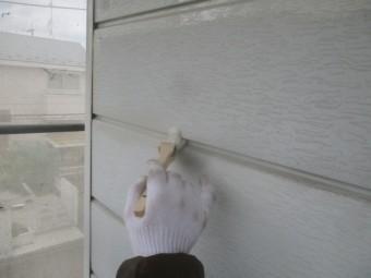 外壁目地の下塗り刷毛塗装中です